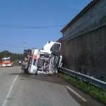 """Camion Citerne couché sur la chaussée de la D96 contre la ferme """"Mory"""" déversant son gasoil. le 23 mars 2014"""